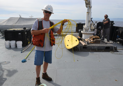 Deckhand Vincent Nunes holding the line that snagged the AUV while running 50 meters above the seafloor at 800 meters depth.