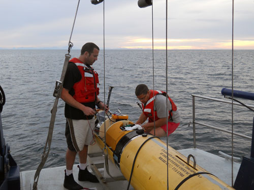 AUV Specialist Doug Conlin and AUV Group Leader Hans Thomas prepare the AUV for launch.